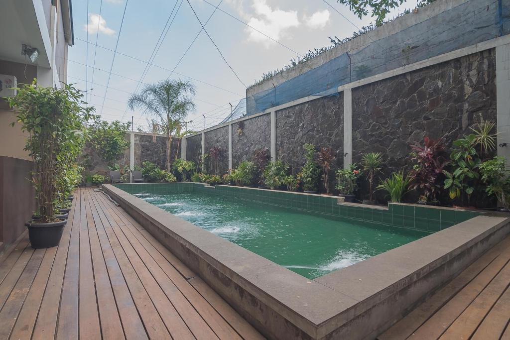 The swimming pool at or close to RedDoorz Plus @ U Village Ciumbuleuit Bandung