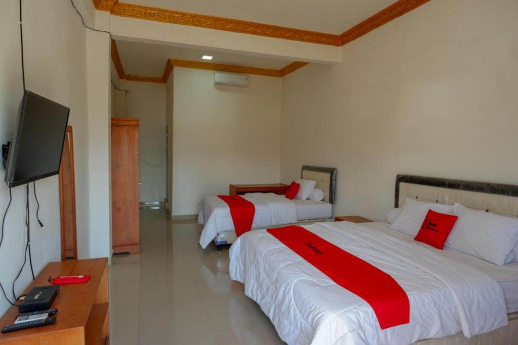 A bed or beds in a room at RedDoorz near Bolu Toraja