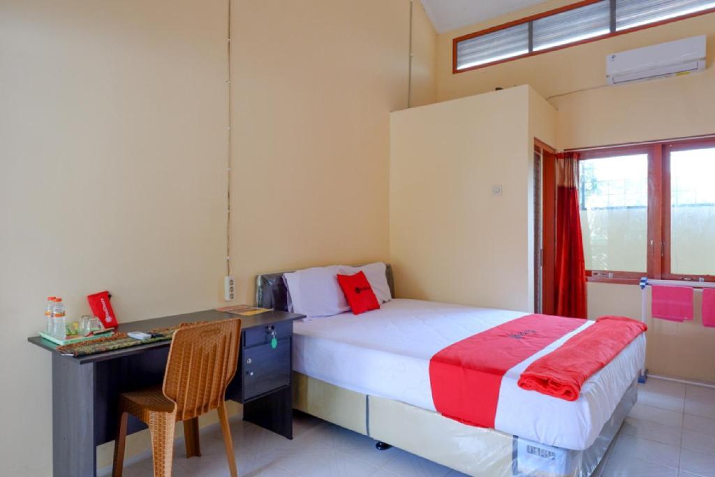 Tempat tidur dalam kamar di RedDoorz Syariah near Alun Alun Purwokerto
