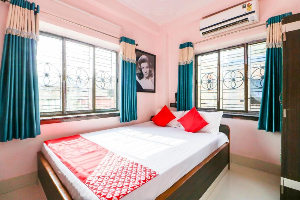 A bed or beds in a room at OYO 25018 Saanvi