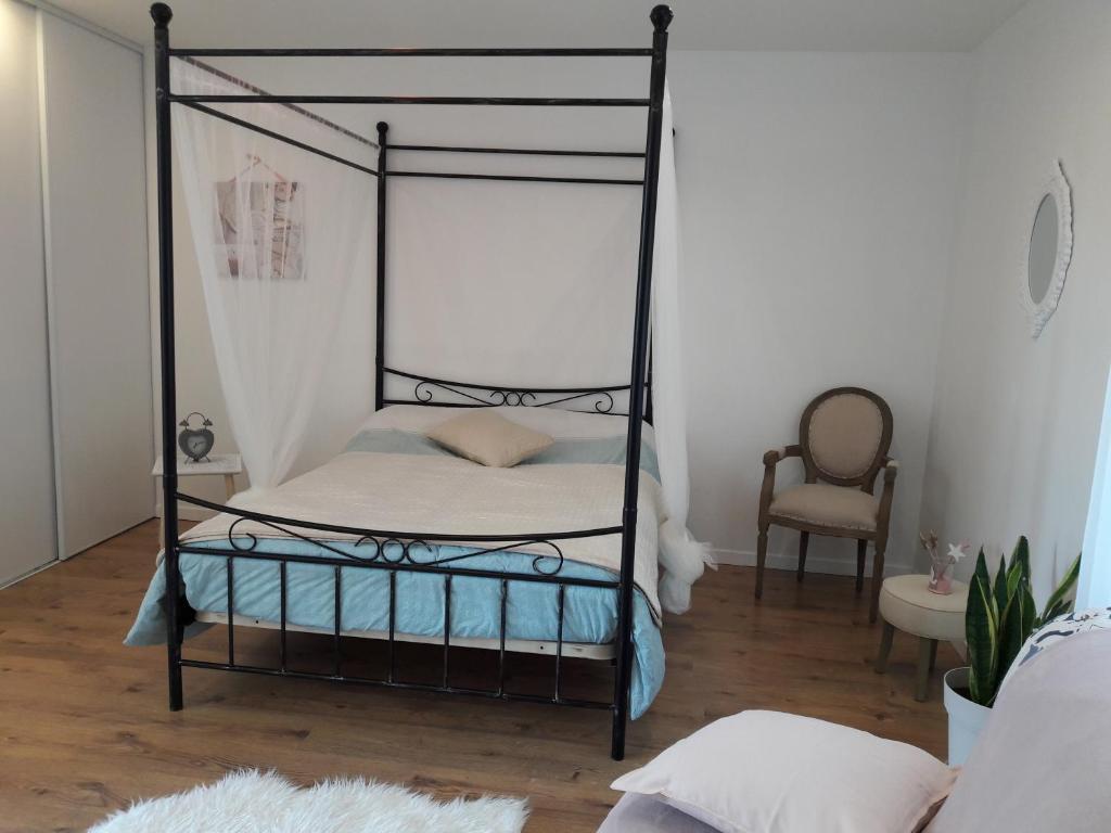 Un ou plusieurs lits dans un hébergement de l'établissement PAUSE ROMANTIQUE EN PAYS BRAYAUD