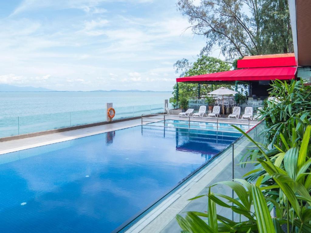 Hotel Sentral Seaview @ Beachfront tesisinde veya buraya yakın yüzme havuzu