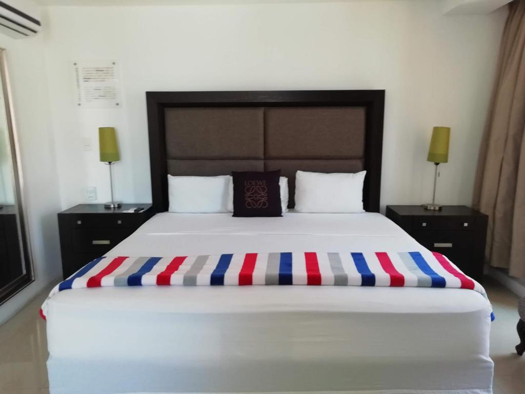 Cama o camas de una habitación en MayaFair Design Hotel