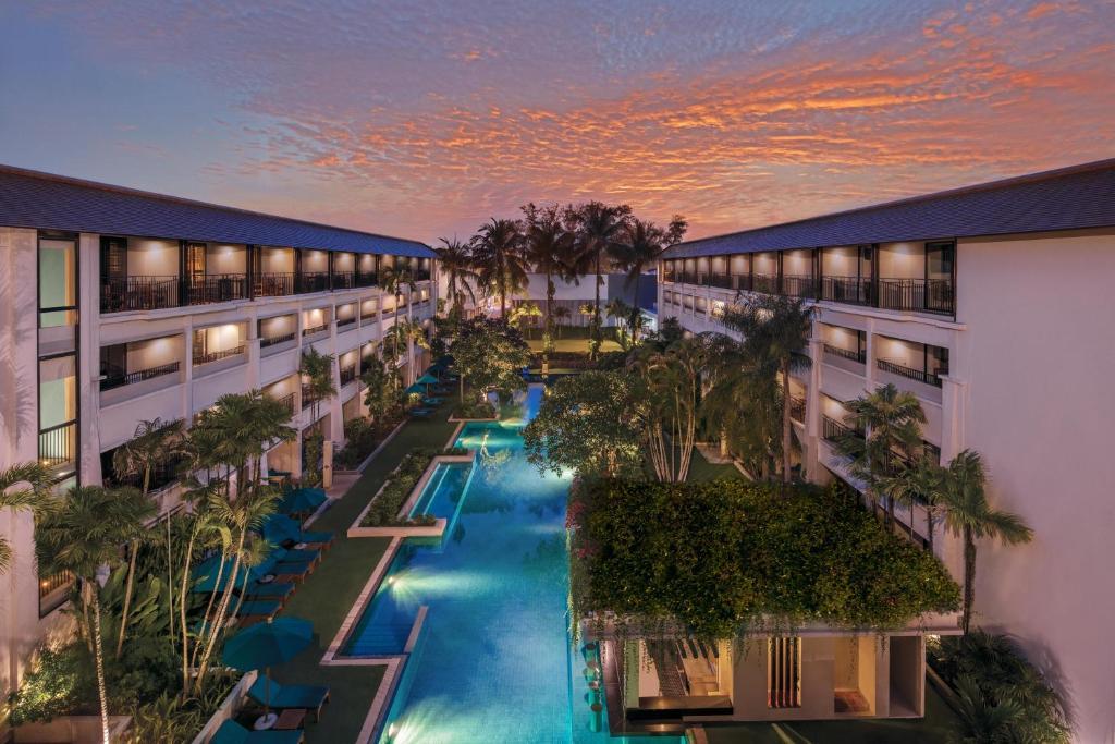 Tầm nhìn ra hồ bơi gần/tại DoubleTree by Hilton Phuket Banthai Resort