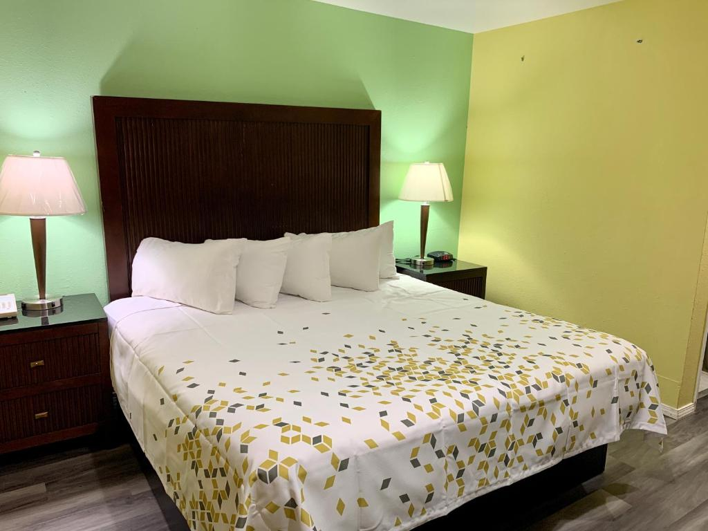 A bed or beds in a room at Travelers Inn Medford