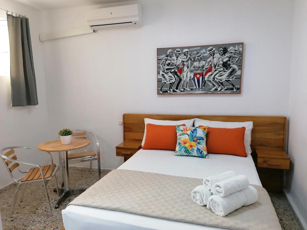 Кровать или кровати в номере Hostal Málaga Habana