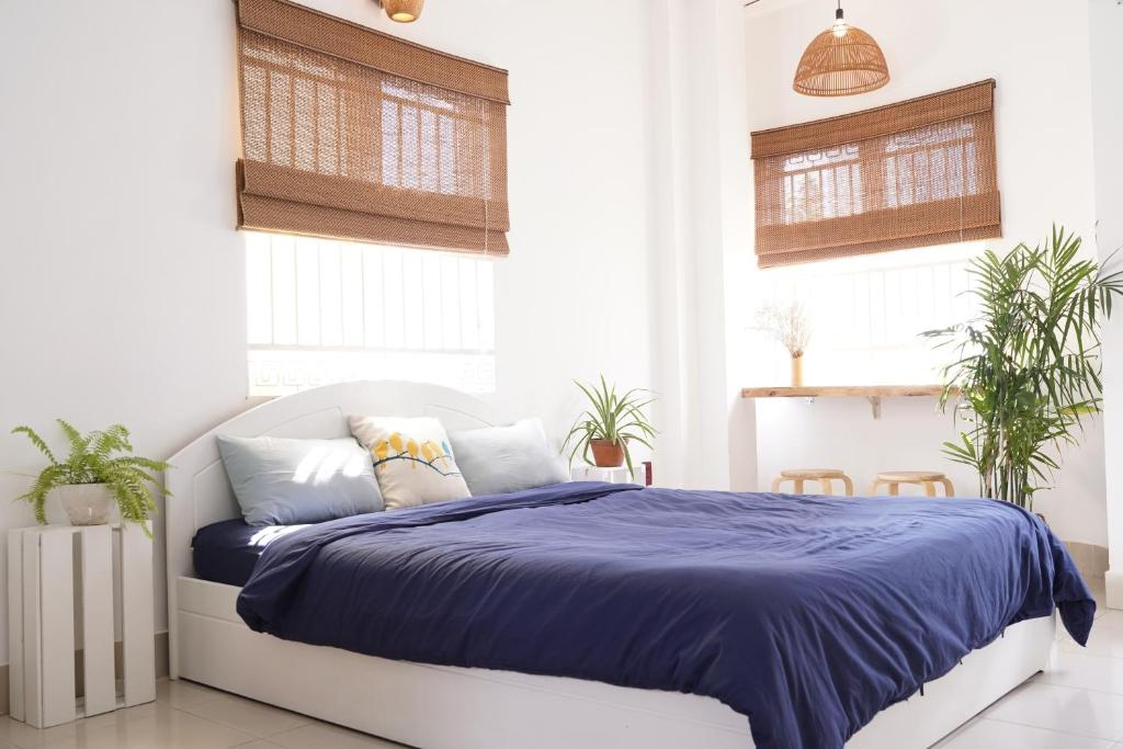 A bed or beds in a room at Hillary Saigon Homestay