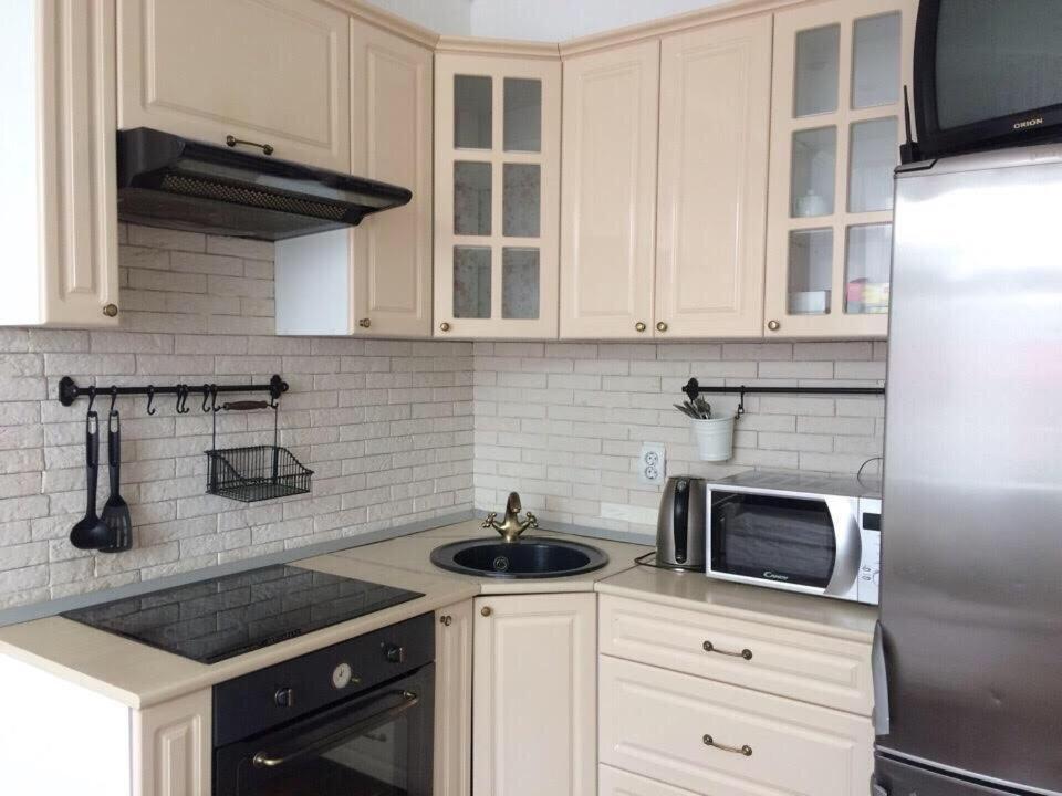 Кухня или мини-кухня в Apartments on Lermontova 3