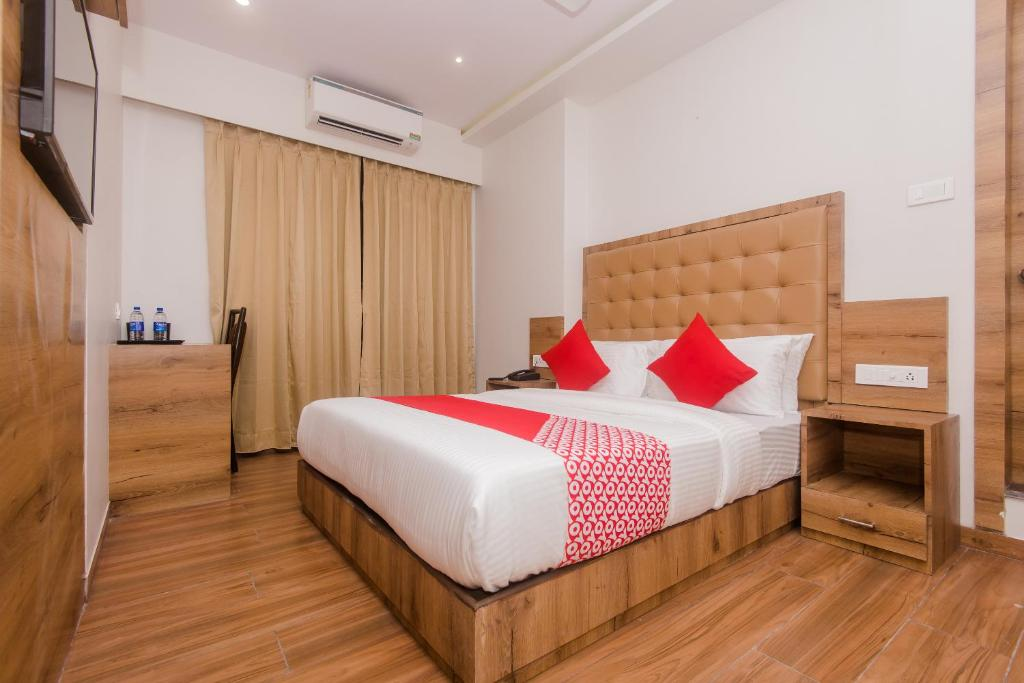 A bed or beds in a room at OYO 42079 Hotel Bkc Inn Deluxe