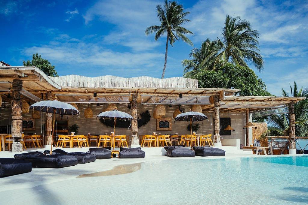 Der Swimmingpool an oder in der Nähe von Karma Resort