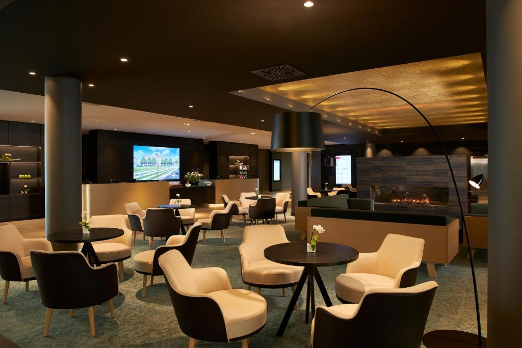 The lounge or bar area at H4 Hotel Leipzig