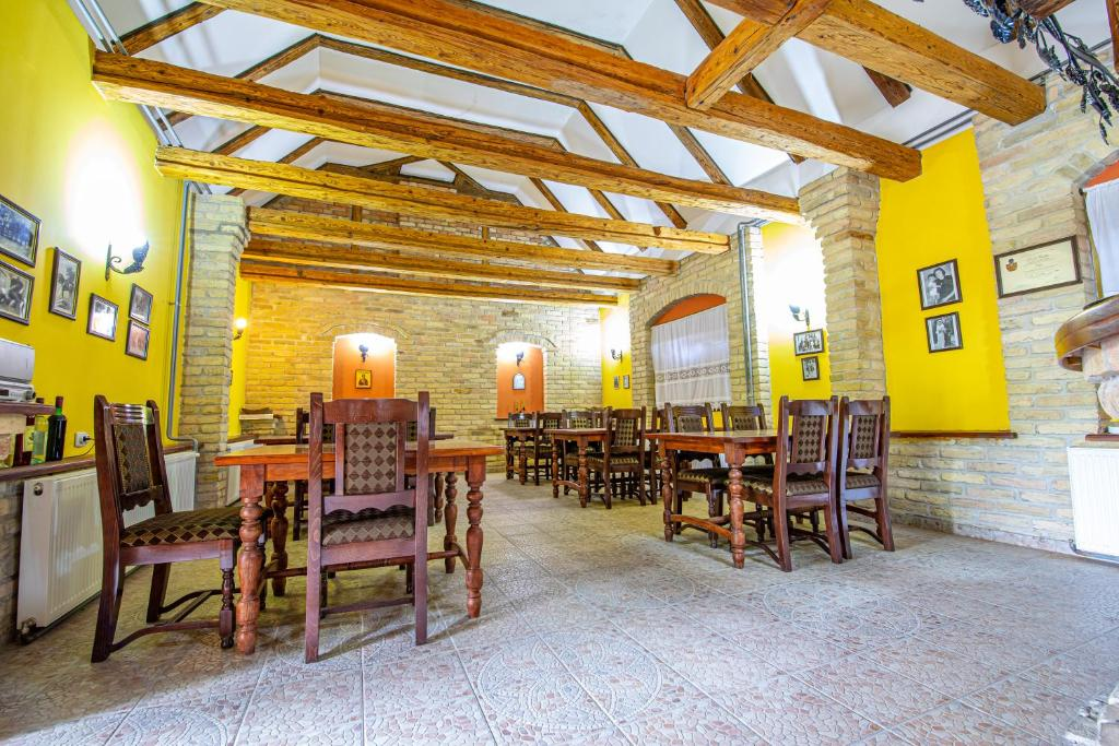 A restaurant or other place to eat at Vinska kuca Acanski