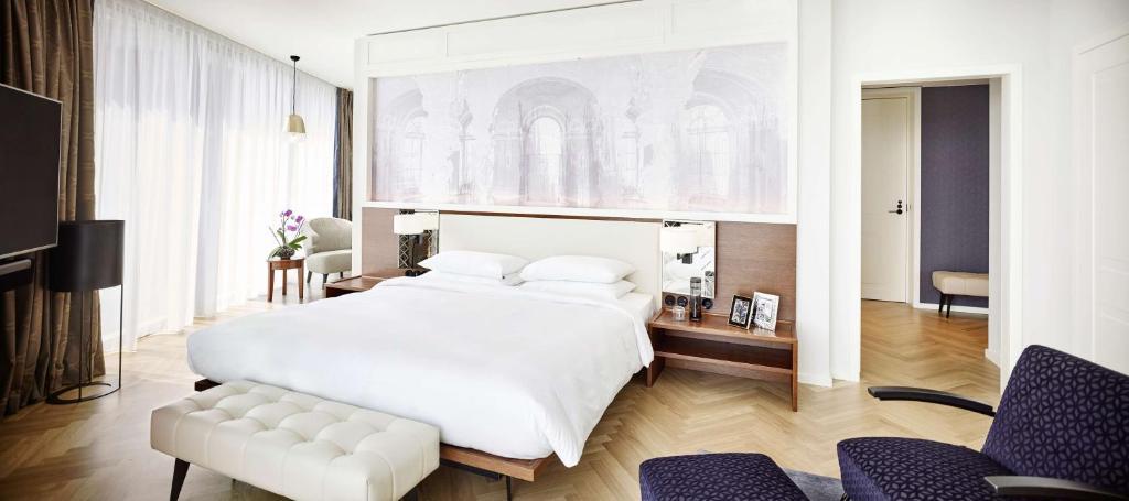 سرير أو أسرّة في غرفة في Andaz Vienna Am Belvedere - a concept by Hyatt