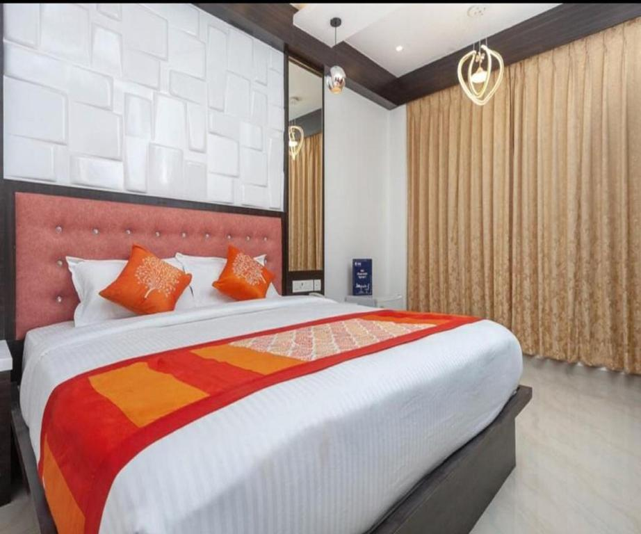 A bed or beds in a room at HOTEL ADMIRE
