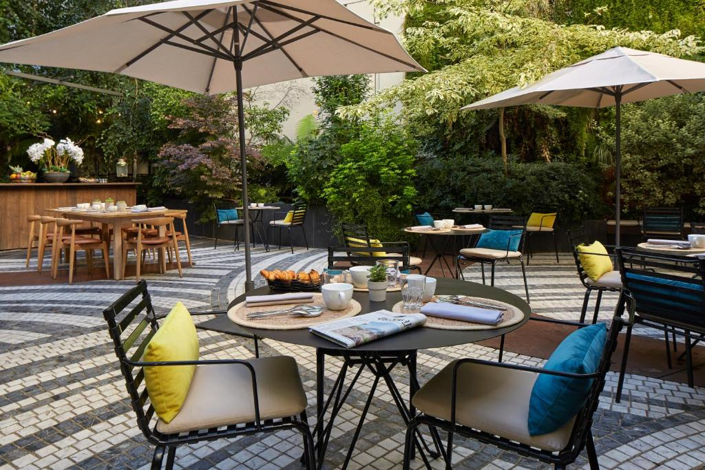 A restaurant or other place to eat at Novotel Paris Les Halles