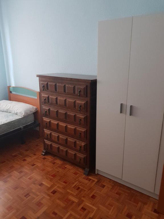 Giường trong phòng chung tại Quarto economico