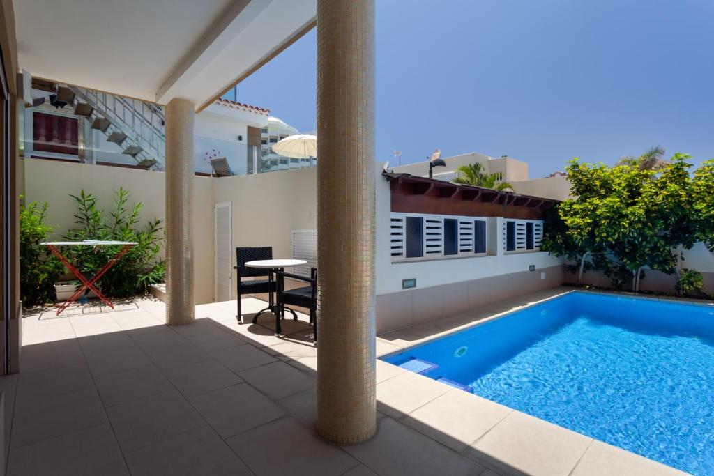 The swimming pool at or near Villa Caracos