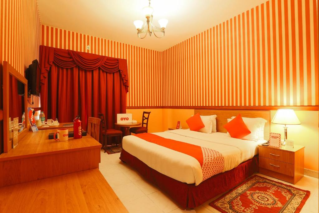 A bed or beds in a room at OYO 297 California Hotel