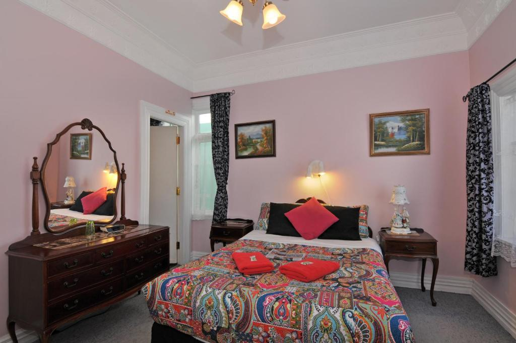 A bed or beds in a room at Richmond Guest House
