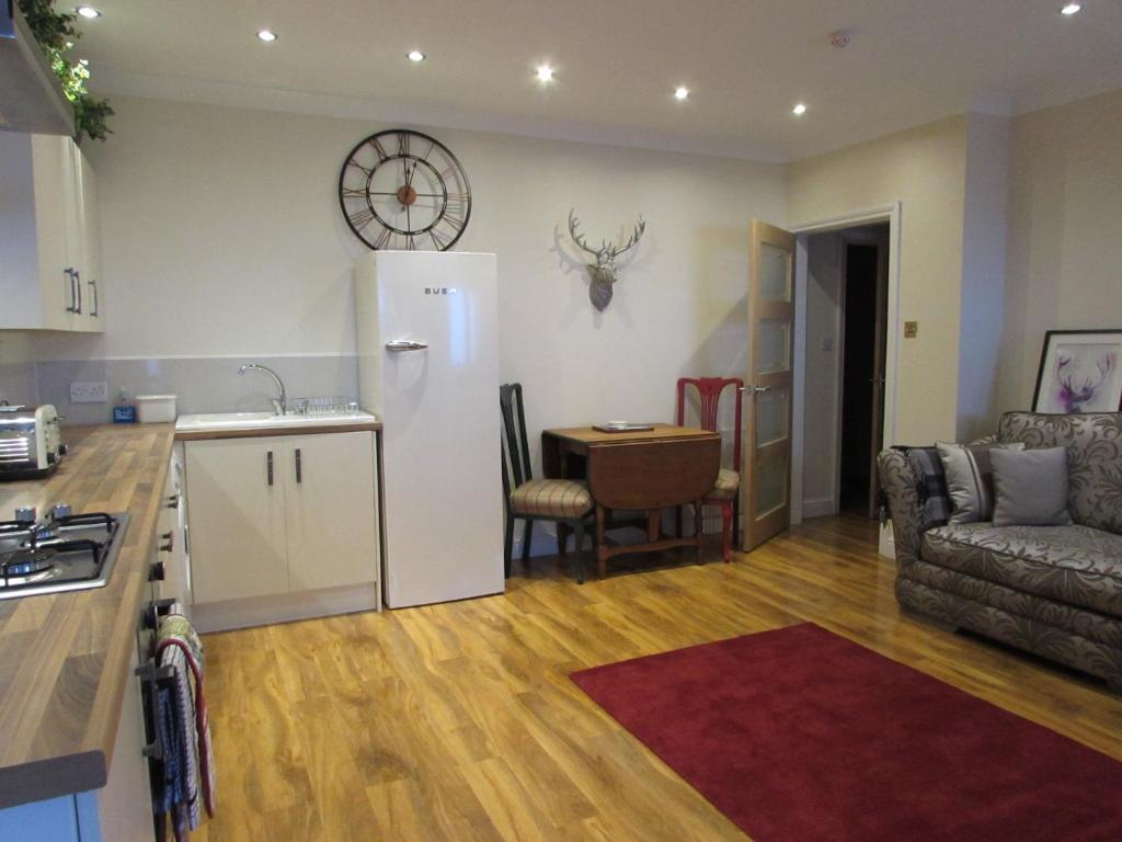 Classy, Luxury One Bedroom Ground Floor Apartment Steps From Town Station & Thea