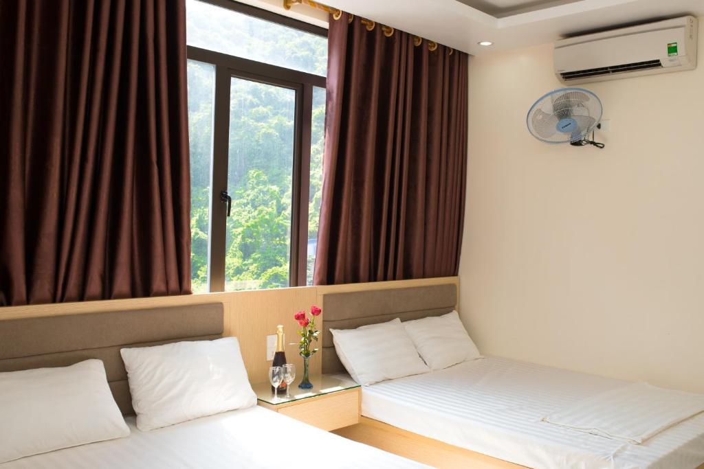 Giường trong phòng chung tại Hai Binh Hotel