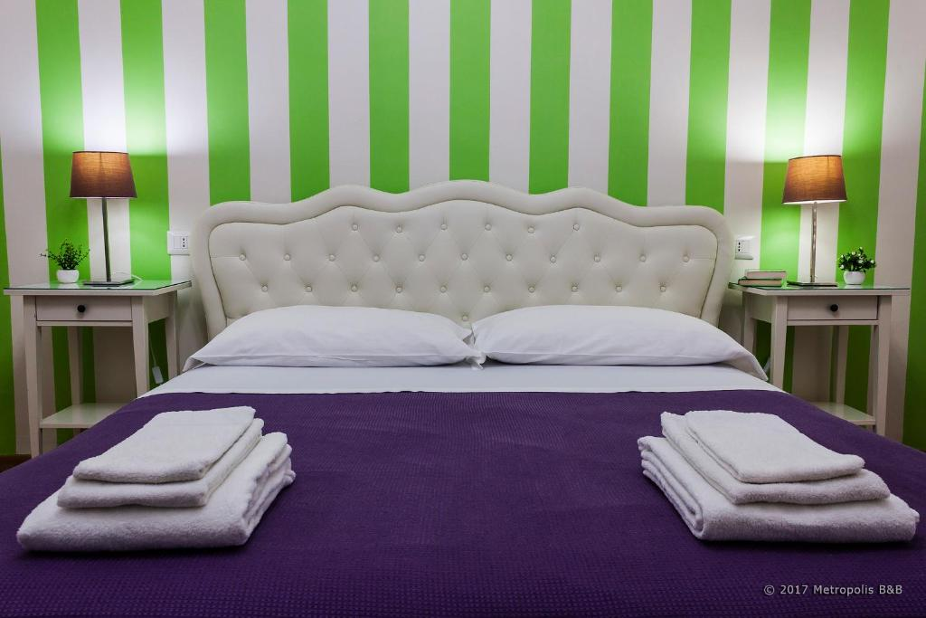A bed or beds in a room at Metropolis B&B