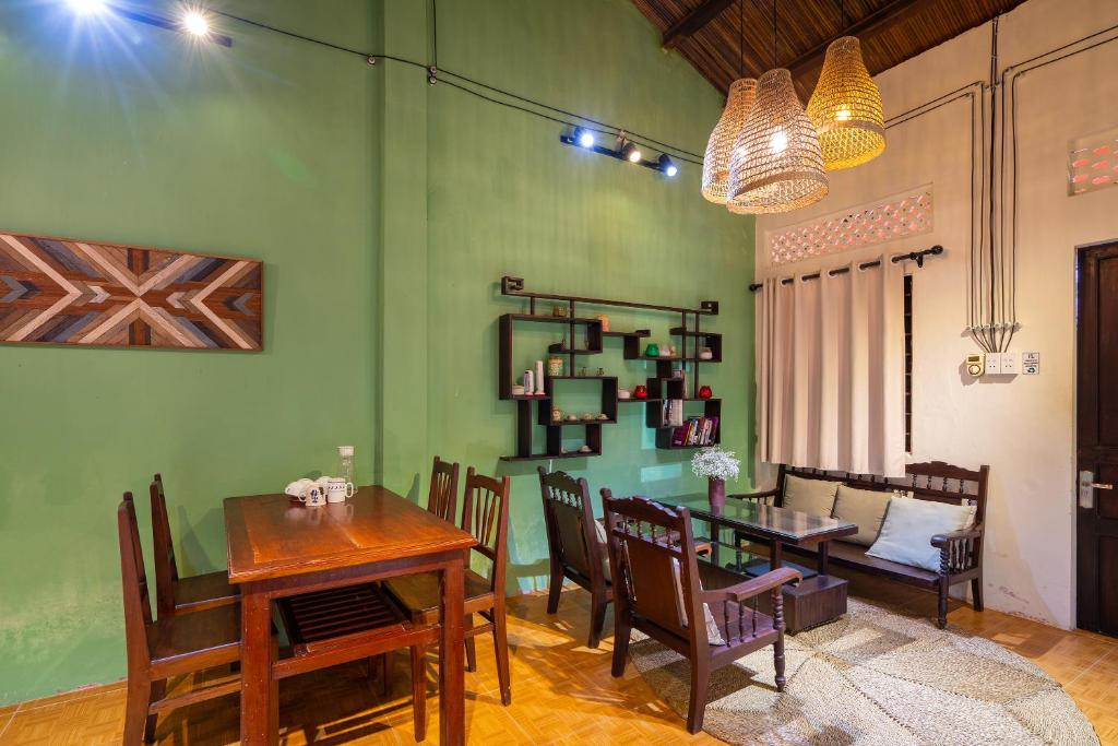 A restaurant or other place to eat at Tina house/Hoi An Central