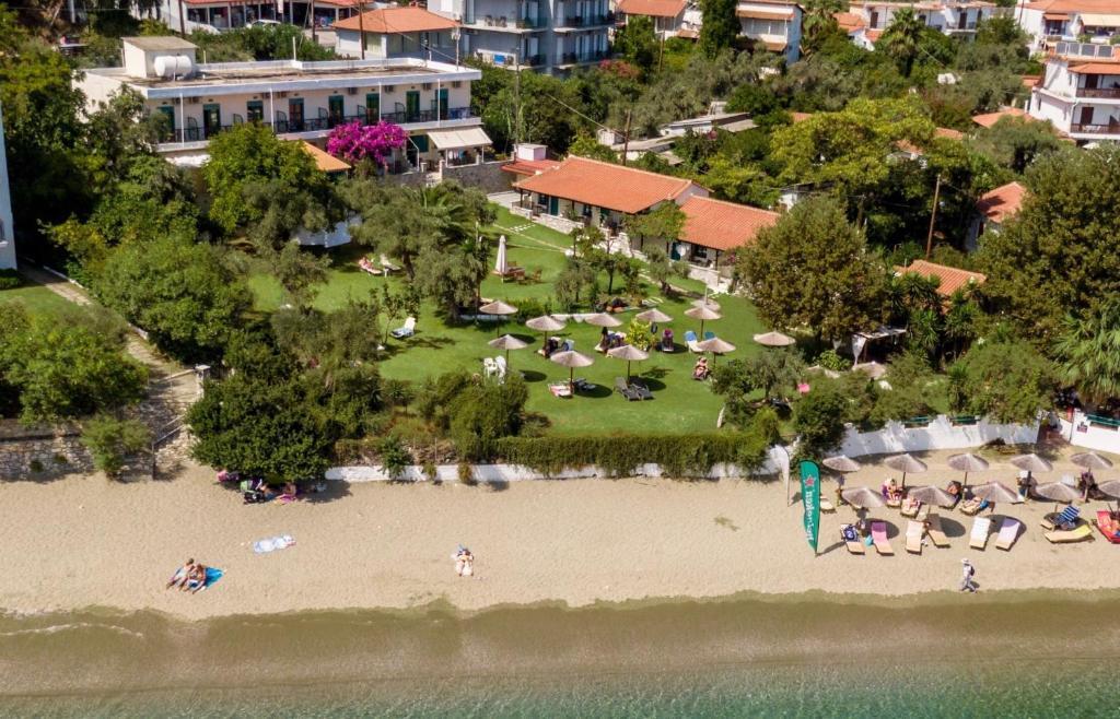 Pohľad z vtáčej perspektívy na ubytovanie Angeliki Beach Hotel