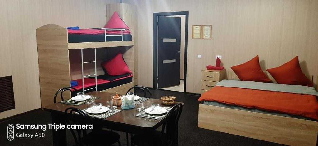 """Двухъярусная кровать или двухъярусные кровати в номере Гостиница """"Арарат"""""""