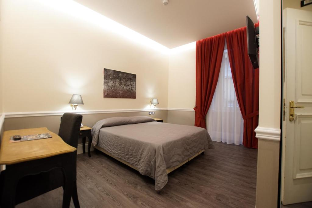 A bed or beds in a room at Hotel Giglio Dell'Opera