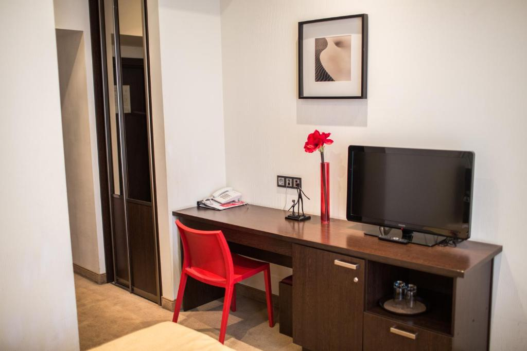 A television and/or entertainment center at Letuchaya Mysh Hotel