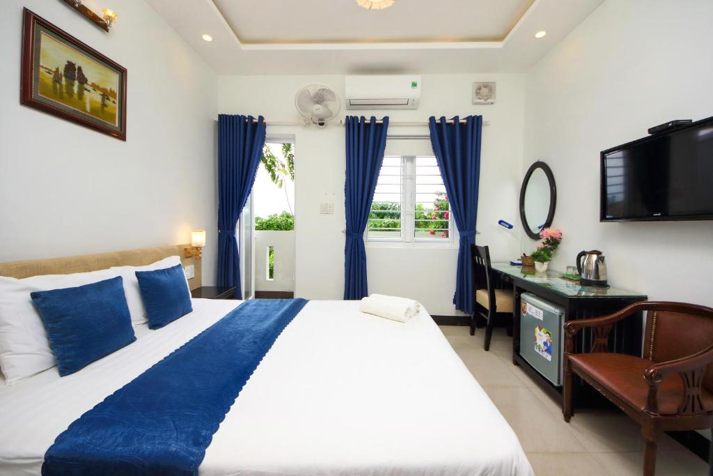 A bed or beds in a room at Flame Flowers Homestay