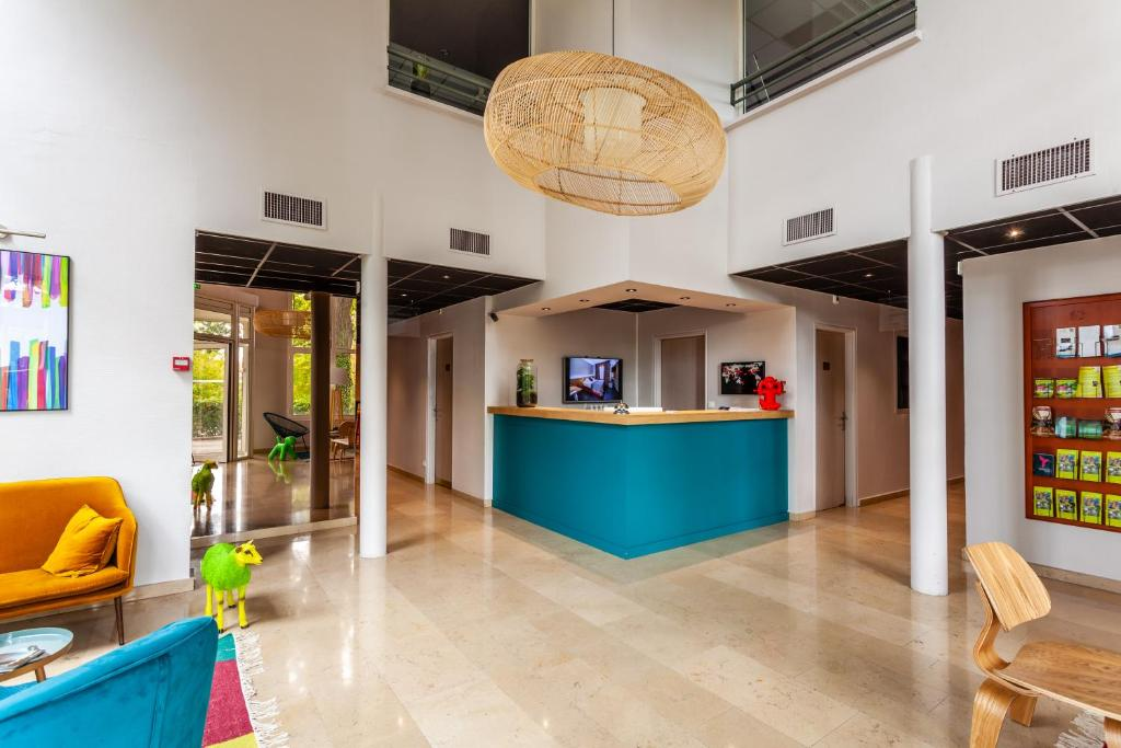 The lobby or reception area at Hôtel Full Colors