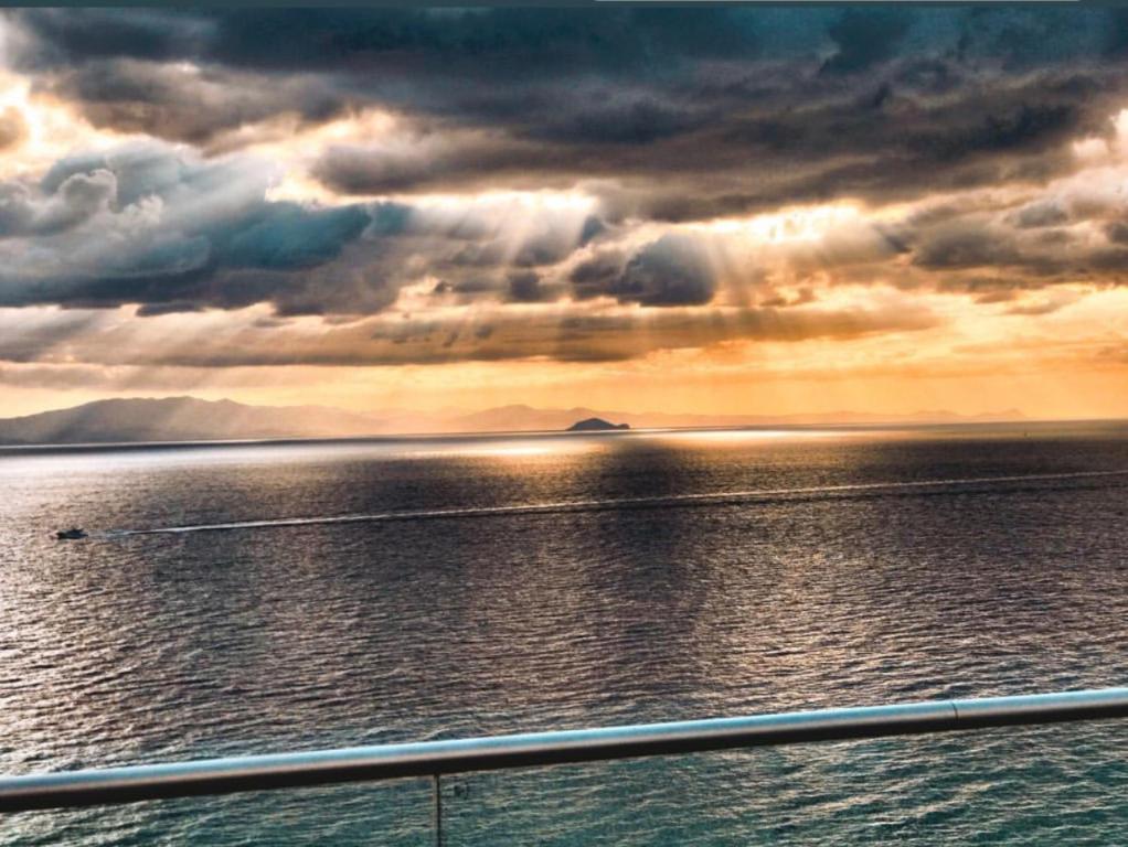 Η ανατολή ή δύση του ηλίου όπως φαίνεται από αυτό το ξενοδοχείο διαμερισμάτων ή από εκεί κοντά