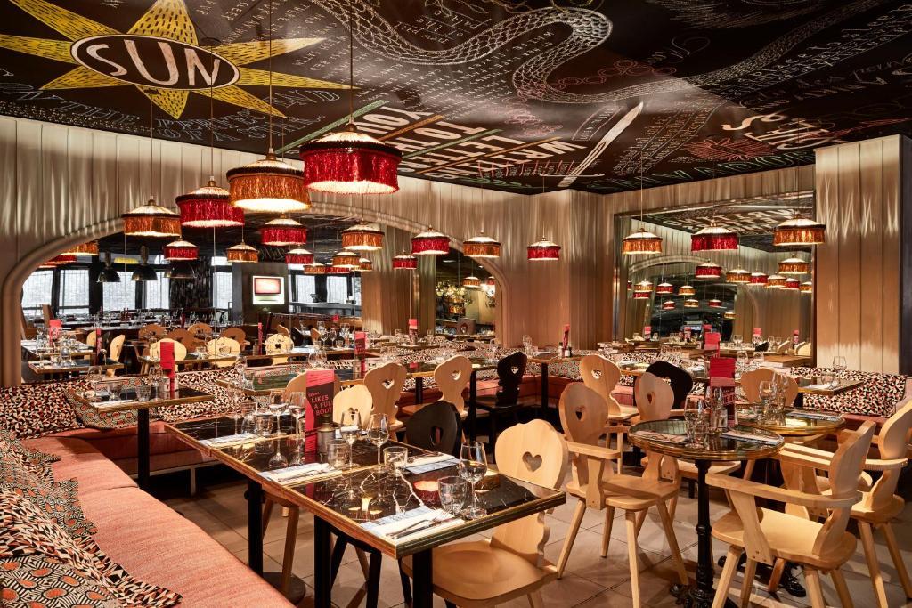 Um restaurante ou outro lugar para comer em Mama Shelter Paris East
