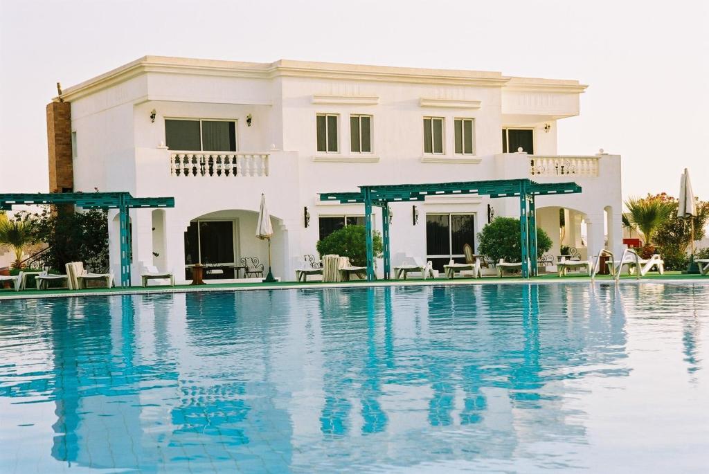 Бассейн в Royal Paradise Beach Resort или поблизости