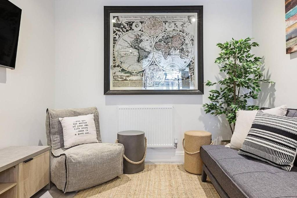 A seating area at Modern 2BR First Floor Flat In Liverpool Central