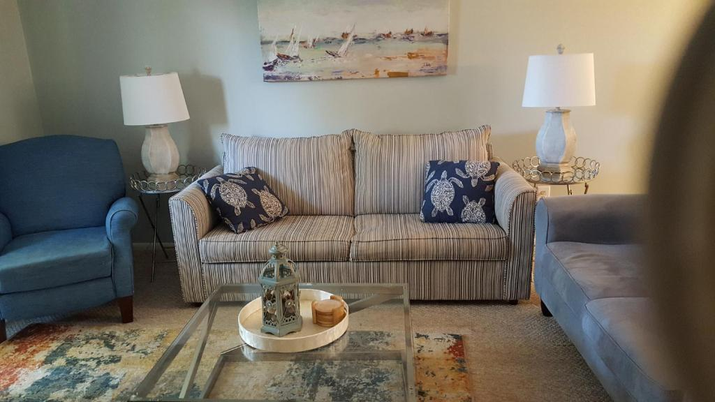 A seating area at Fiddler's Cove -2 Bedroom Condo