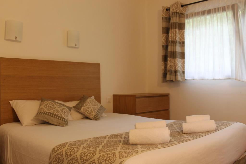 Un ou plusieurs lits dans un hébergement de l'établissement Brit Hotel L'Adresse