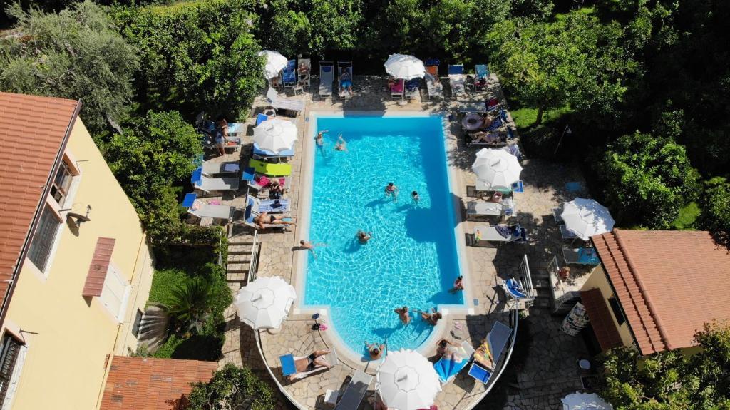 Vista sulla piscina di Hotel Tourist o su una piscina nei dintorni