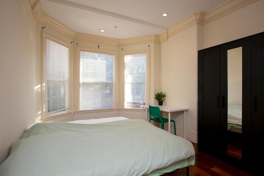 A bed or beds in a room at Fulton Startup House