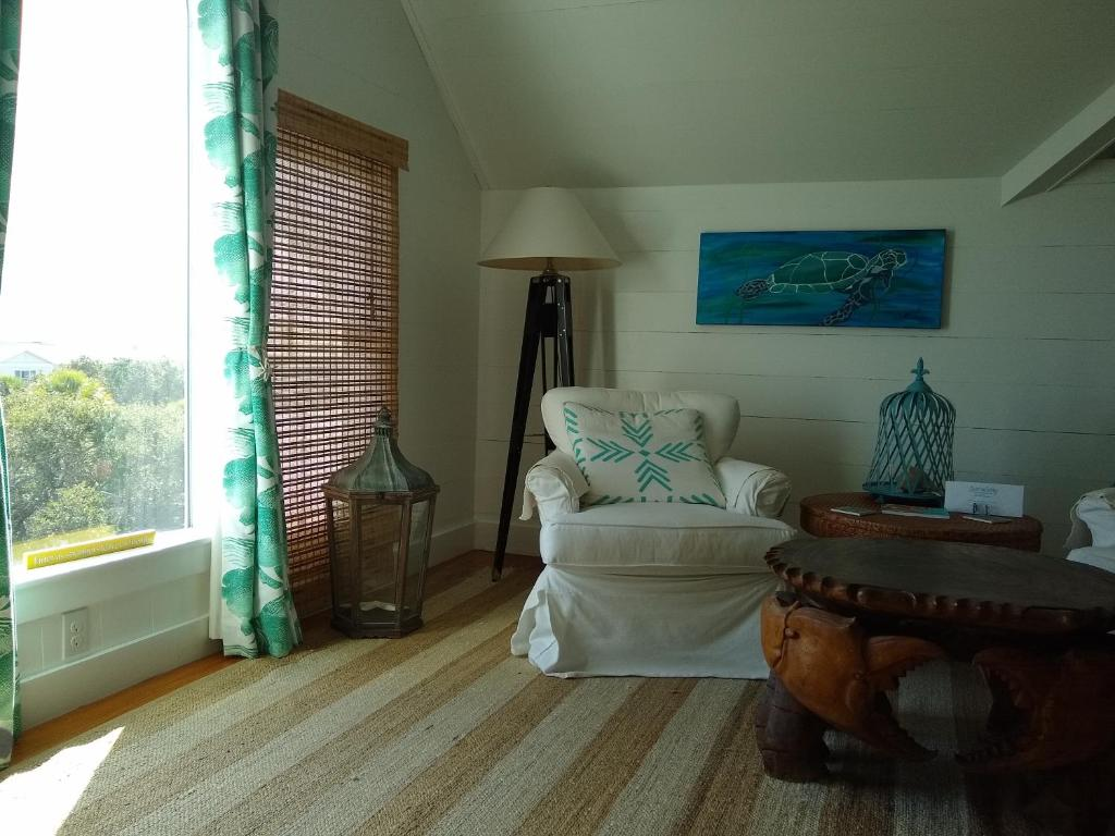 A seating area at Surf Song Bed & Breakfast