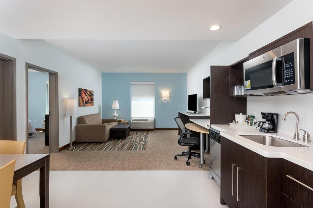 A kitchen or kitchenette at Home2 Suites by Hilton Long Island Brookhaven