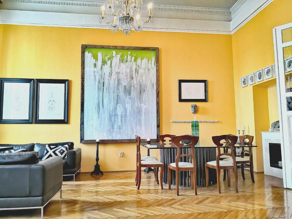 Ein Restaurant oder anderes Speiselokal in der Unterkunft Basilica Central Apartment
