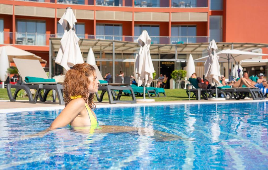 สระว่ายน้ำที่อยู่ใกล้ ๆ หรือใน Aqua Pedra Dos Bicos Design Beach Hotel - Adults Only