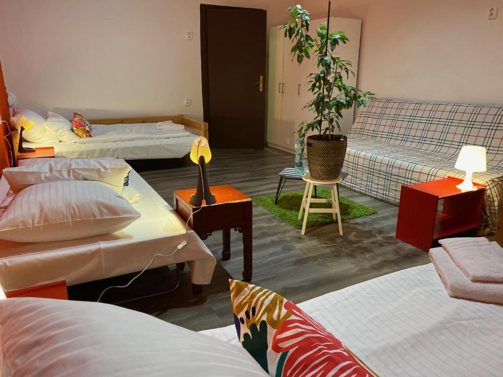 Ein Bett oder Betten in einem Zimmer der Unterkunft V Tunich Residence (Residence Praha)