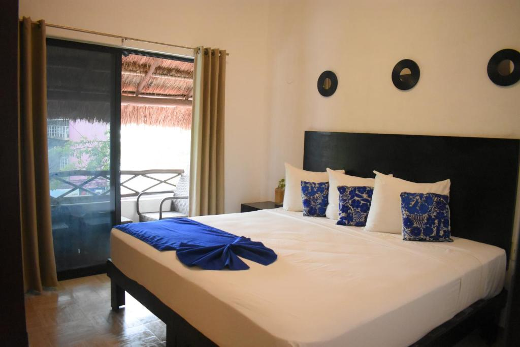 A bed or beds in a room at Caracol Suite Hotel