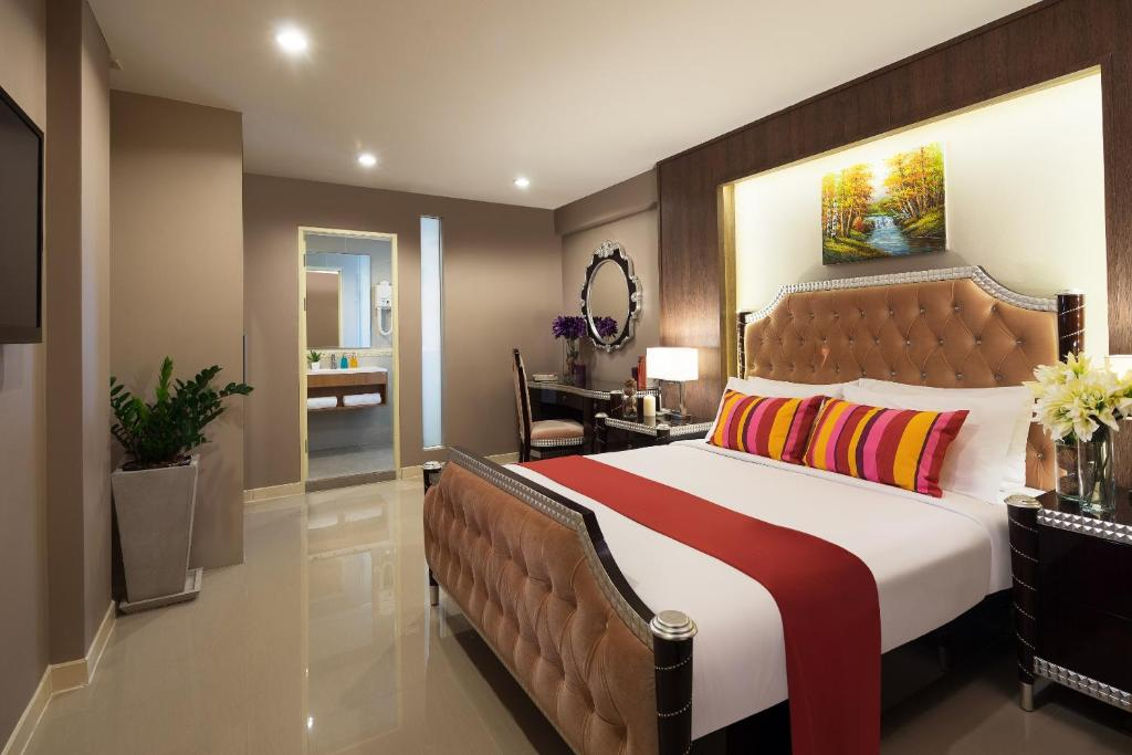 A bed or beds in a room at Ton Aor Place Hotel