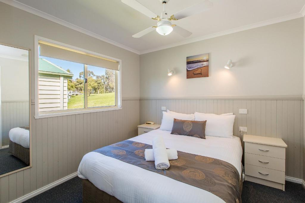 A bed or beds in a room at Lake Hume Tourist Park