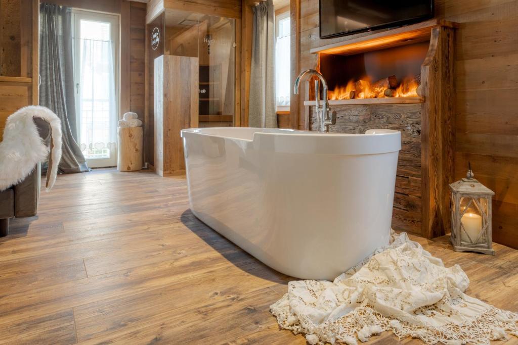 A bathroom at John Luxury Suites